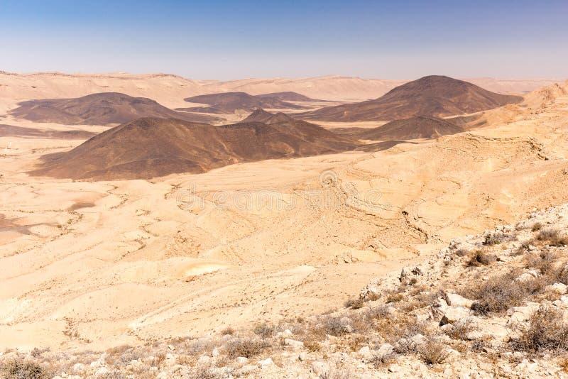 As montanhas da cratera apedrejam o sceni da natureza de Médio Oriente da paisagem do deserto fotos de stock royalty free