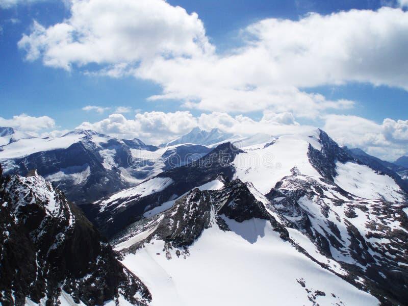 As montanhas de Alpen ajardinam e um céu bonito fotografia de stock royalty free