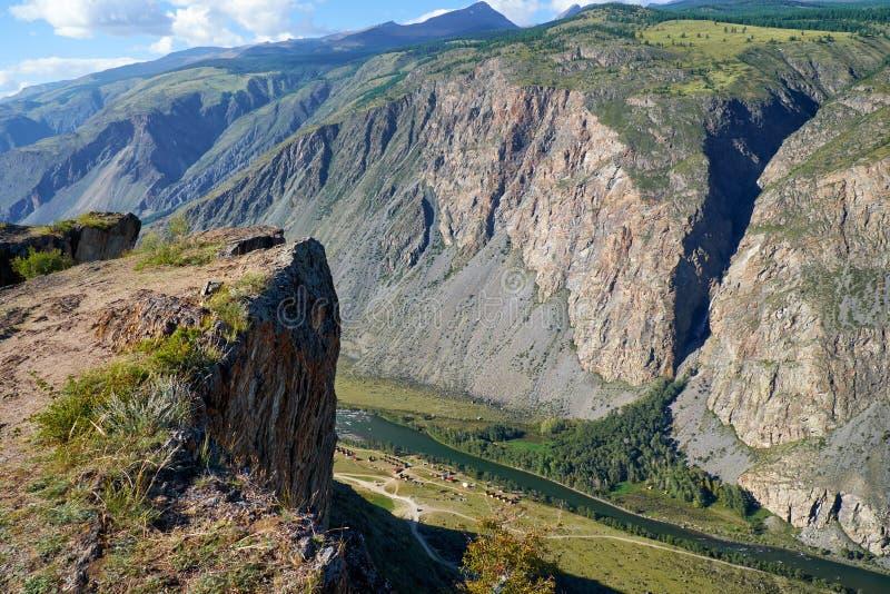 As montanhas de Altai sobre o vale Katu-Yaryk de Chulyshman do rio passam imagens de stock
