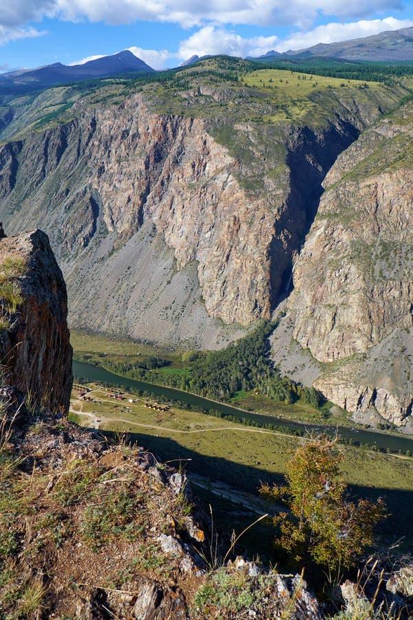 As montanhas de Altai sobre o vale Katu-Yaryk de Chulyshman do rio passam imagem de stock