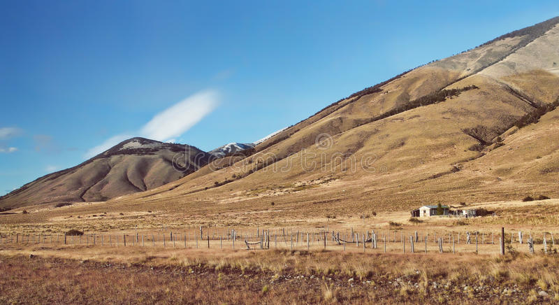 As montanhas de Andes do nascer do sol da manhã ajardinam no Patagonia Argentina, Ámérica do Sul Exploração agrícola rústica do g imagens de stock