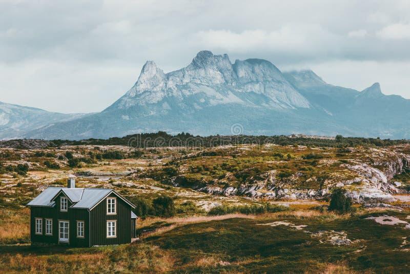 As montanhas de Noruega ajardinam e casa de madeira escandinava Trave fotos de stock royalty free