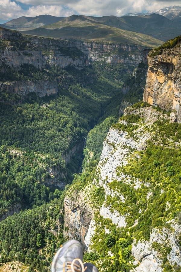 As montanhas de Pyrenees ajardinam - a garganta de Anisclo no verão Huesca, foto de stock