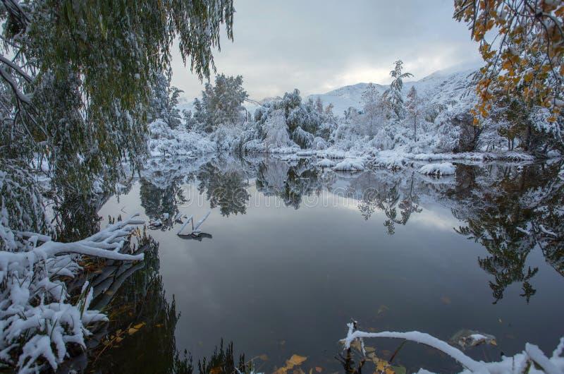 As montanhas de Quirguizistão, outubro fotos de stock