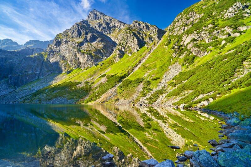 As montanhas de Tatra ajardinam o Polônia de Carpathians da lagoa do lago da natureza imagens de stock