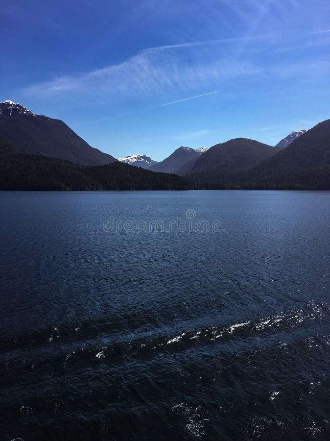As montanhas do Alasca atrás da água imagens de stock royalty free
