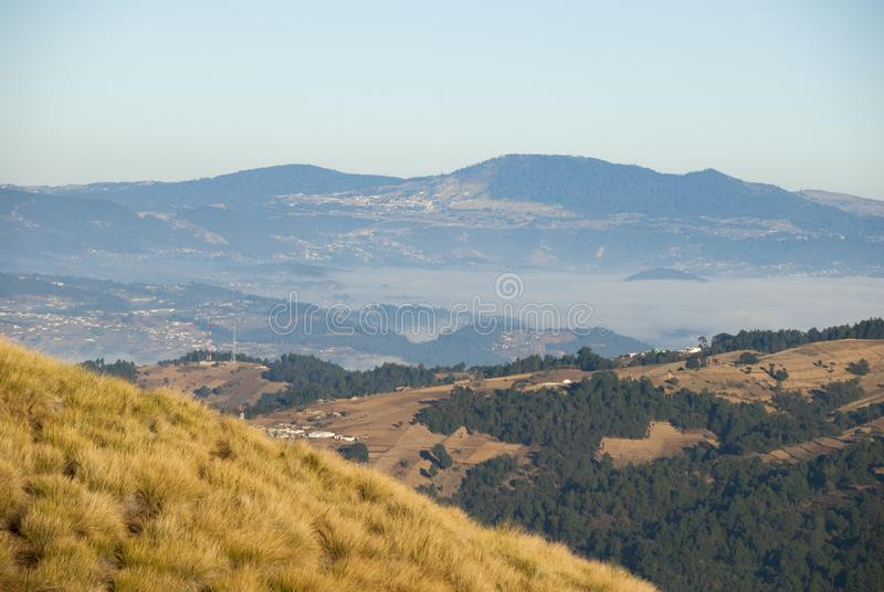 As montanhas do nascer do sol cultivaram com as vilas pitorescas na Guatemala, na n?voa e na geada rurais Am?rica Central fotos de stock