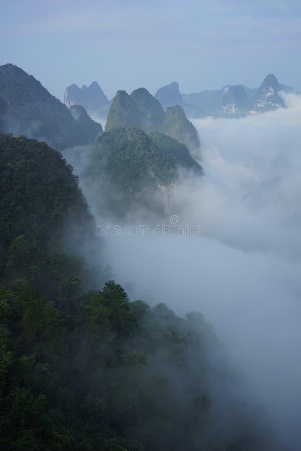 As montanhas e a nuvem fotografia de stock royalty free