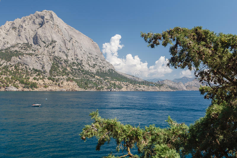 As montanhas e o Mar Negro de Crimeia ajardinam, bom dia ensolarado imagens de stock royalty free