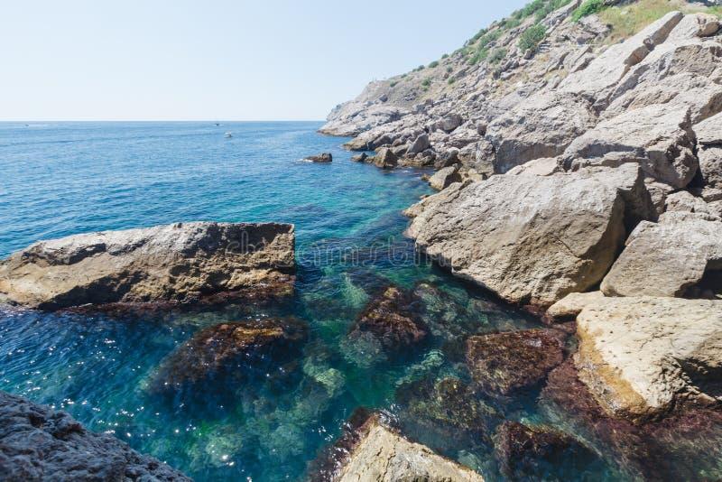 As montanhas e o Mar Negro de Crimeia ajardinam, bom dia ensolarado fotos de stock royalty free