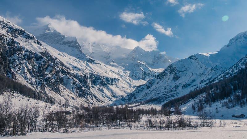 As montanhas enormes selvagens do céu claro acima fotos de stock royalty free