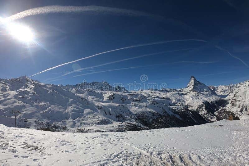 As montanhas europeias ajardinam, cumes, Itália, recurso de esqui da montanha, vista pitoresca com o céu azul profundo, picos alt imagem de stock