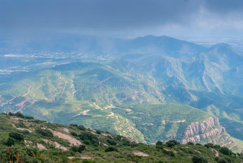 As montanhas incomuns obscuras enevoam-se na montanha Montserrat Monastery, Espanha fotos de stock royalty free