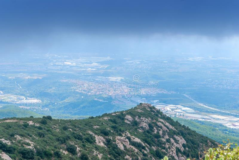 As montanhas incomuns obscuras enevoam-se na montanha Montserrat Monastery, Espanha imagens de stock