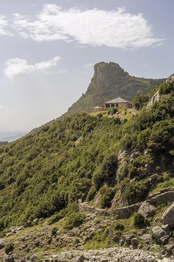 As montanhas majestosas em uma região Tzoumerka do dia ensolarado, Epirus, Grécia fotografia de stock