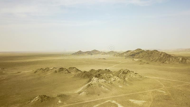 As montanhas no deserto s?o amarelas fotografia de stock