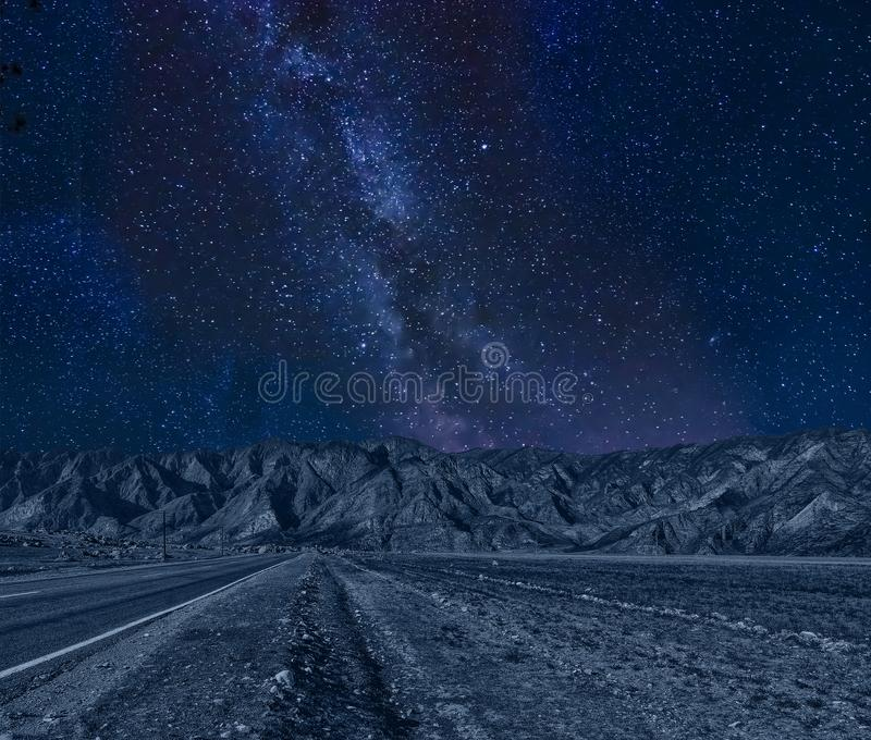 As montanhas pitorescas da noite ajardinam com Via Látea em s estrelado imagens de stock royalty free