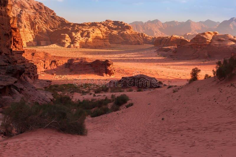 As montanhas vermelhas da garganta de Wadi Rum abandonam em Jordânia imagem de stock