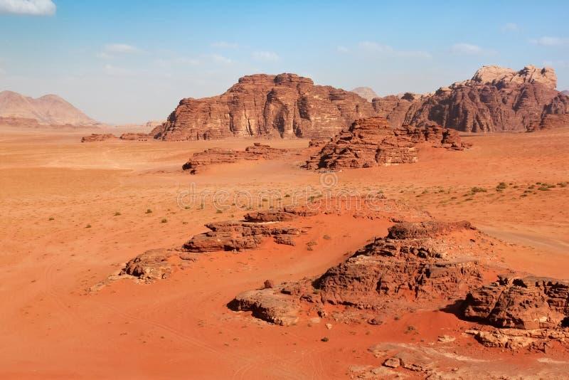 As montanhas vermelhas da garganta de Wadi Rum abandonam em Jordânia foto de stock
