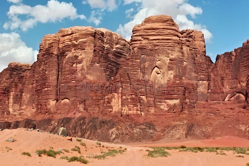 As montanhas vermelhas da garganta de Wadi Rum abandonam em Jordânia imagem de stock royalty free