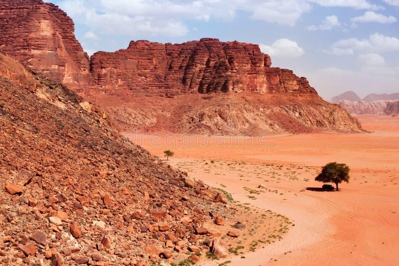 As montanhas vermelhas da garganta de Wadi Rum abandonam em Jordânia imagens de stock