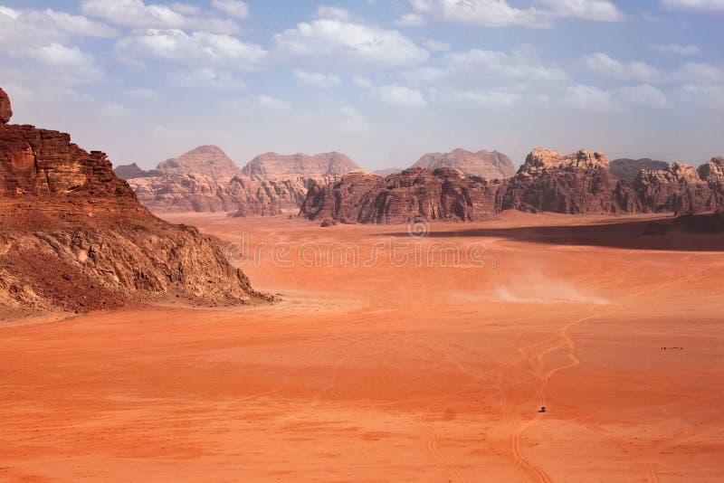 As montanhas vermelhas da garganta de Wadi Rum abandonam em Jordânia fotografia de stock royalty free