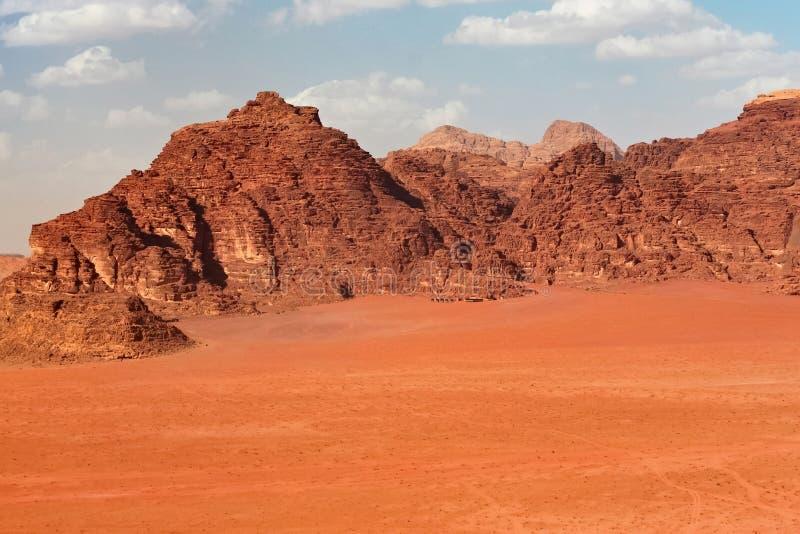 As montanhas vermelhas da garganta de Wadi Rum abandonam em Jordânia fotos de stock royalty free