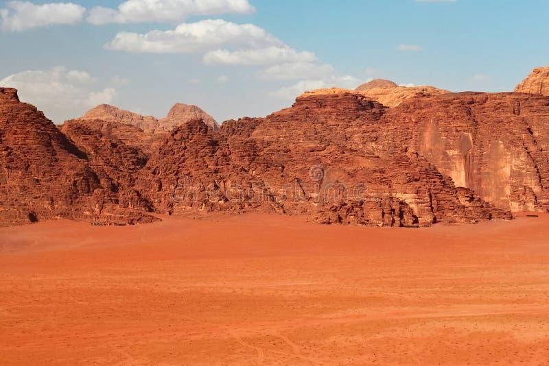 As montanhas vermelhas da garganta de Wadi Rum abandonam em Jordânia foto de stock royalty free