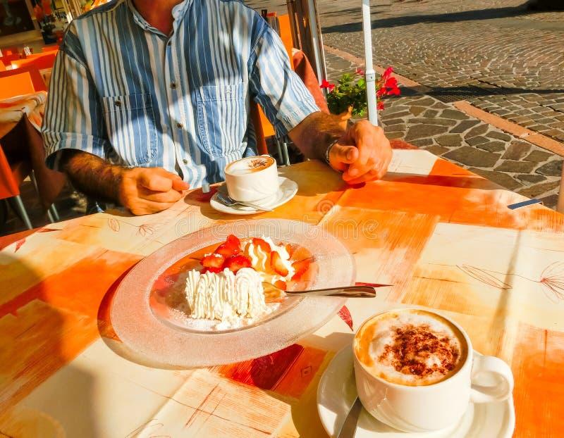 As morangos da sobremesa com creme e copo do coffe fotos de stock