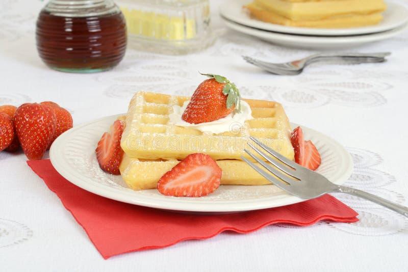 As morangos do close up chicotearam os waffles de creme fotografia de stock