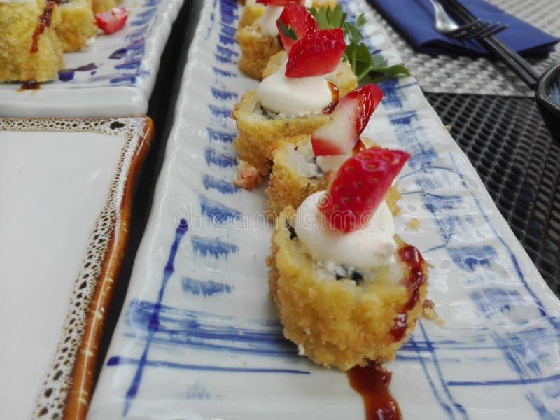 As morangos do sushi fritaram bons dois imagem de stock royalty free
