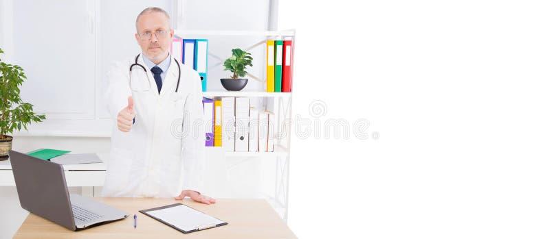 As mostras do doutor gostam no escritório médico, tratando pacientes, espaço da cópia, quadro de avisos ou bandeira imagens de stock royalty free