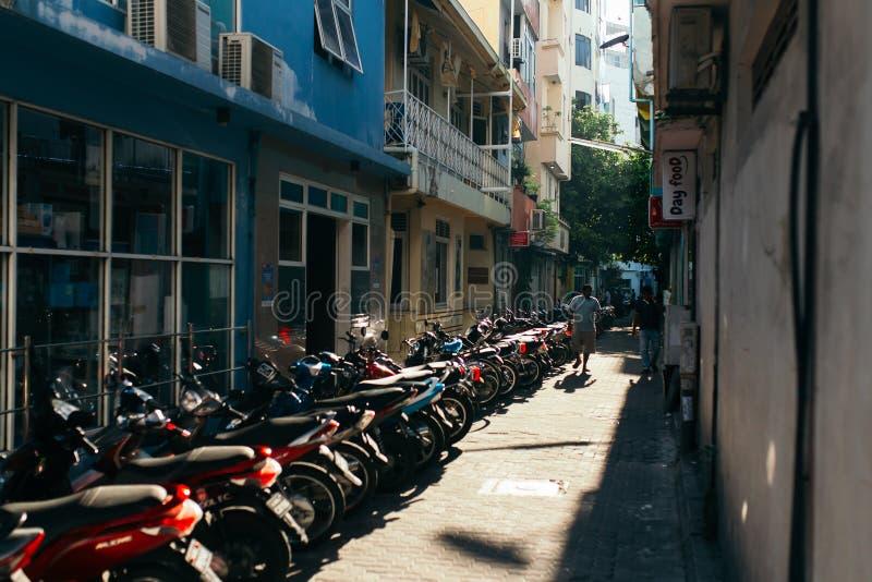 As motocicletas são estacionadas no parque de estacionamento na cidade do homem, a capital de Maldivas fotos de stock royalty free