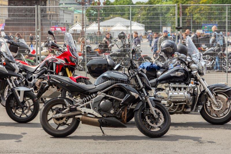 As motocicletas sem cavaleiros estão no quadrado fotografia de stock royalty free