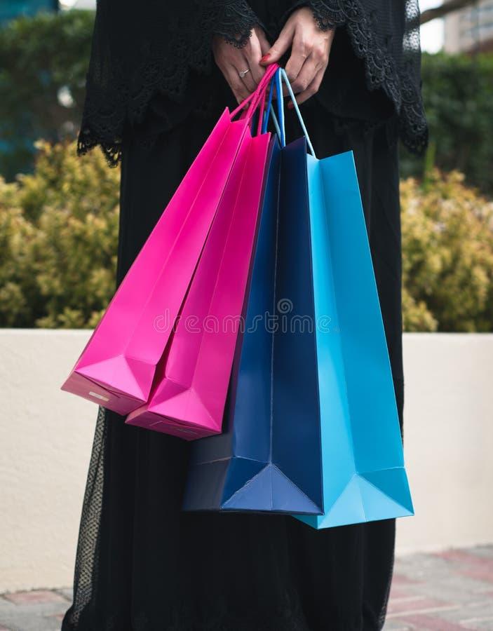 As mulheres árabes em Abaya com sacos de compras fecham-se acima fotografia de stock