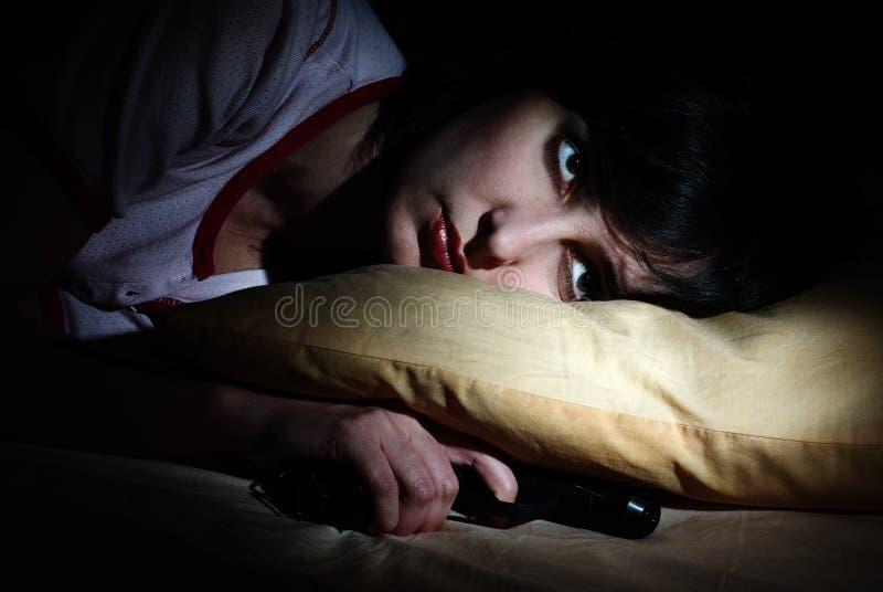 As mulheres acordaram com o injetor sob o descanso foto de stock
