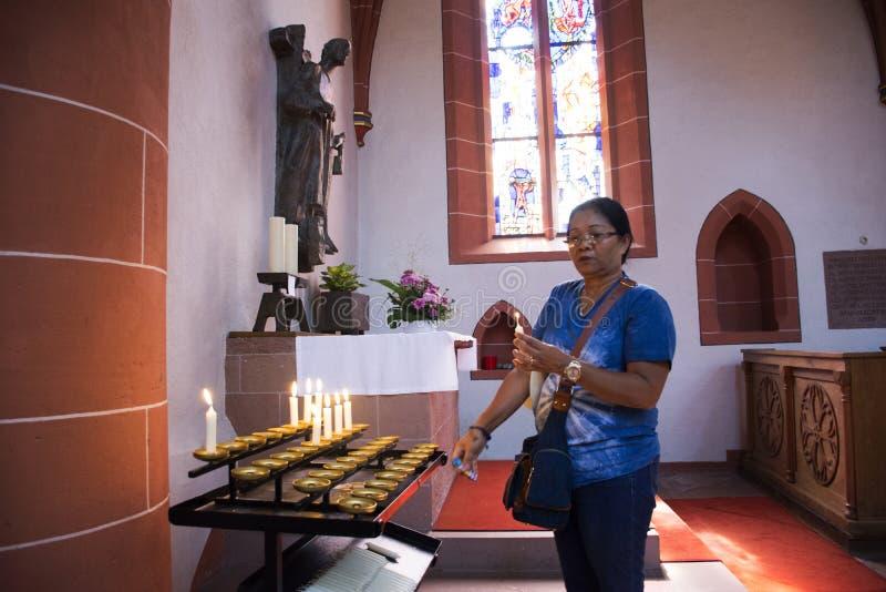 As mulheres adultas tailandesas asiáticas que queimam a vela para recordam e que rezam o deus imagens de stock royalty free