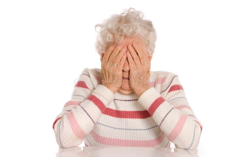 As mulheres adultas tristes com suas mãos a sua face são desânimo foto de stock