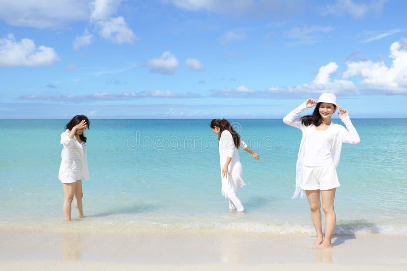 As mulheres apreciam o sol fotografia de stock royalty free