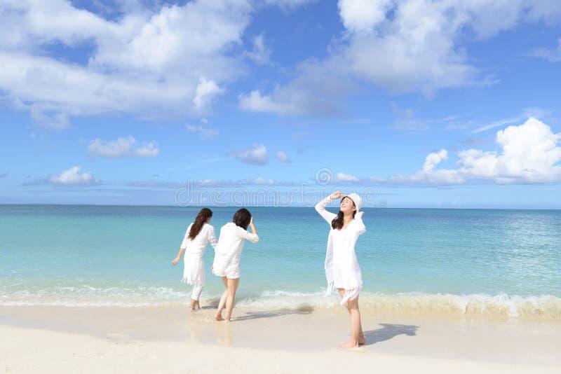As mulheres apreciam o sol imagens de stock royalty free