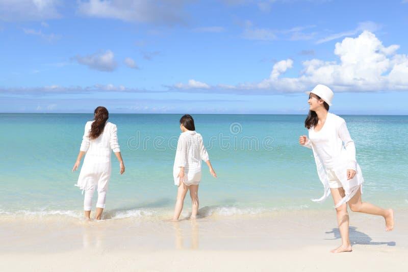 As mulheres apreciam o sol imagem de stock