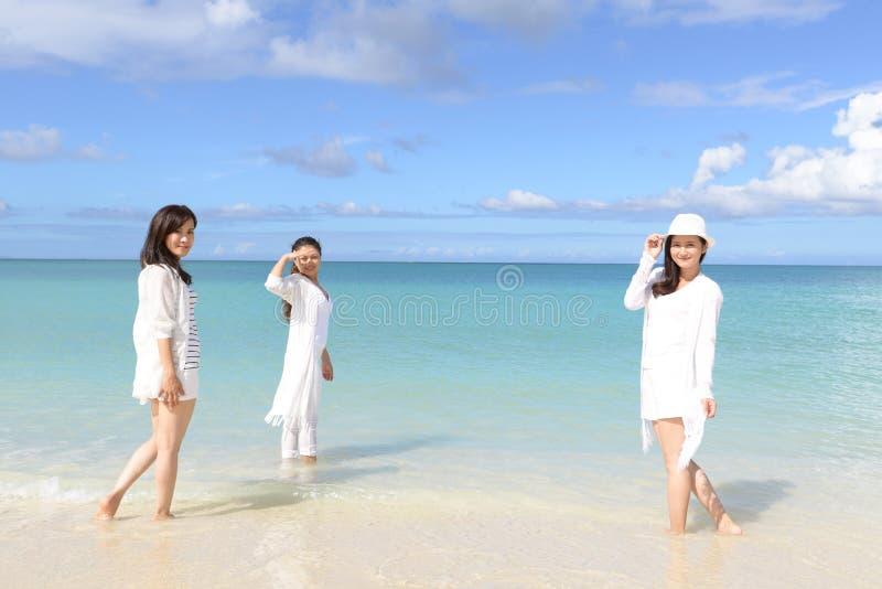 As mulheres apreciam o sol fotos de stock royalty free