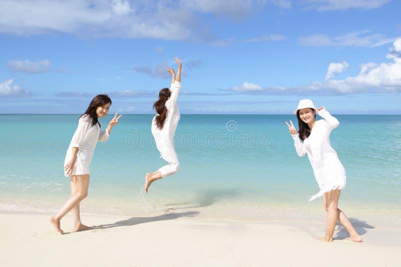 As mulheres apreciam o sol foto de stock royalty free
