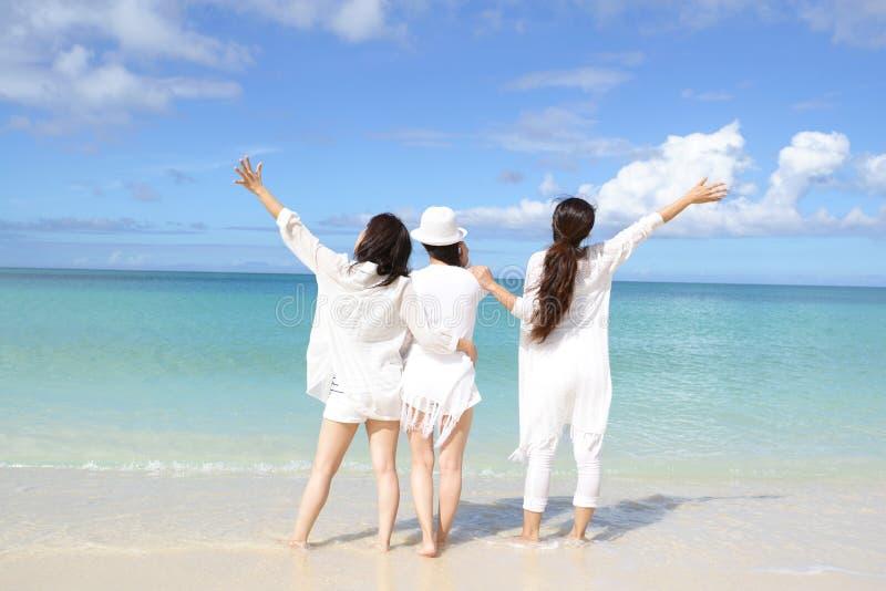 As mulheres apreciam o sol imagem de stock royalty free