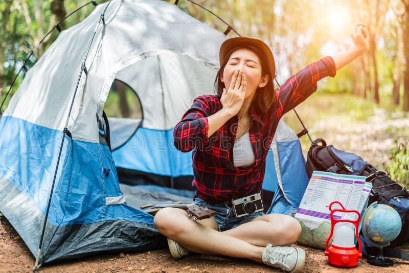 As mulheres asiáticas da beleza estão bocejando ao viajar durante a noite Povos e conceito dos estilos de vida Conceito do lazer  imagens de stock