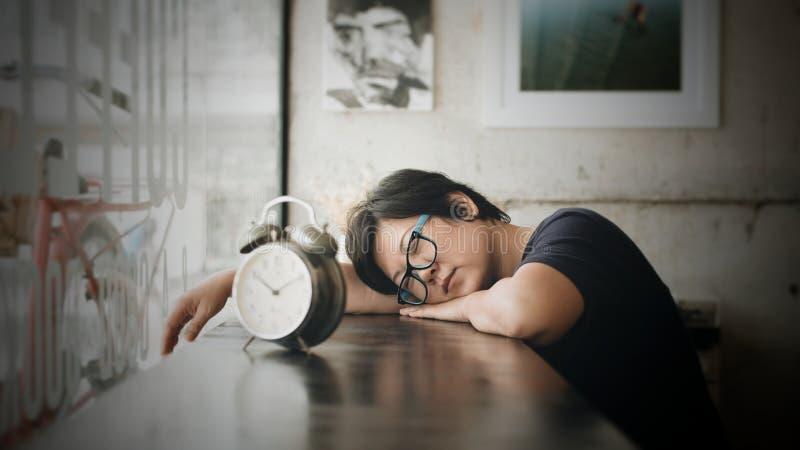 As mulheres asiáticas dormem no café da cafetaria com pulso de disparo fotografia de stock