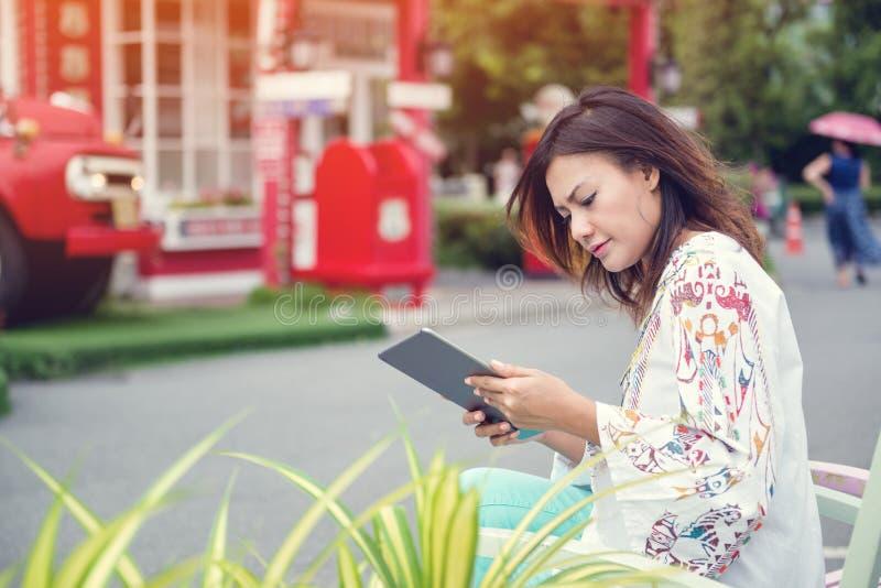 As mulheres asiáticas estão felizes, foco imagem de stock