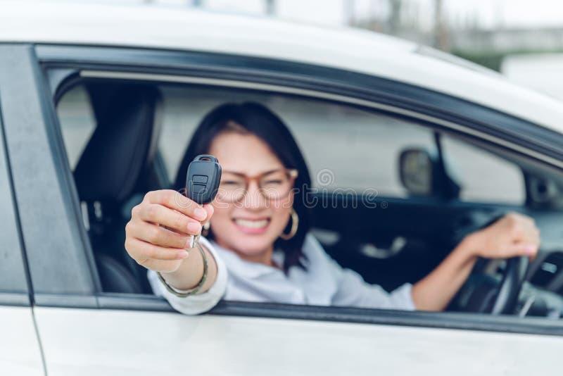 As mulheres asiáticas estão muito felizes Depois que obteve o foco do carro no k fotos de stock