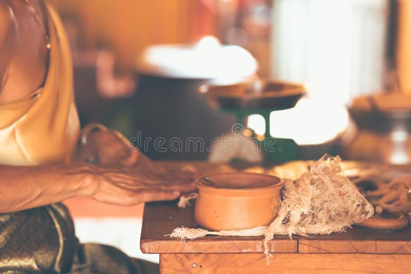As mulheres asi?ticas das m?os fazem a vela arom?tica tailandesa para a utiliza??o alimentar - grande para sobremesas tailandesas imagens de stock