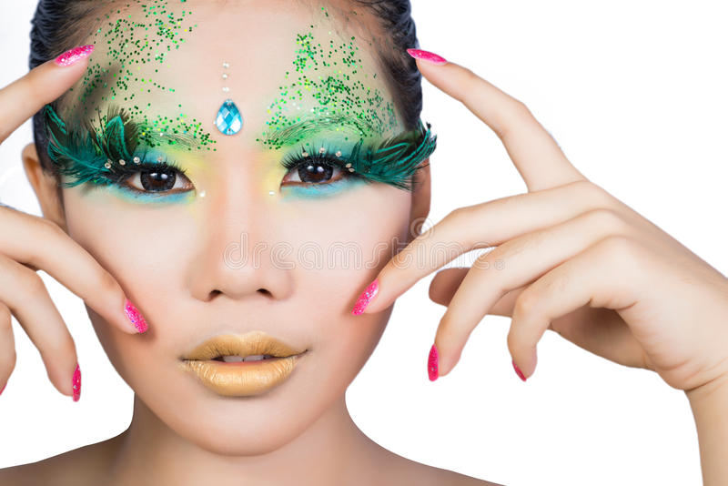 As mulheres bonitas com arte perfeita compõem e eyelashe falso longo imagem de stock